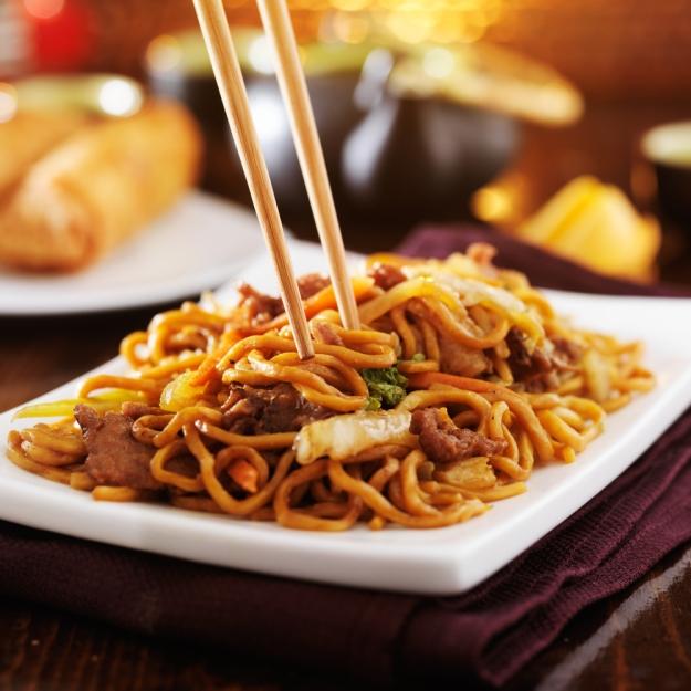 yakisoba prato quente como harmonizar comida japonesa e vinho