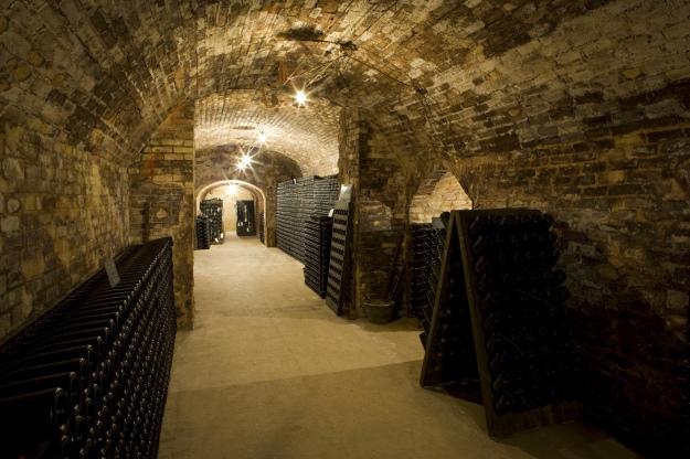 caves onde repousam as garrafas de Champagne enquanto passam pela segunda fermentação.