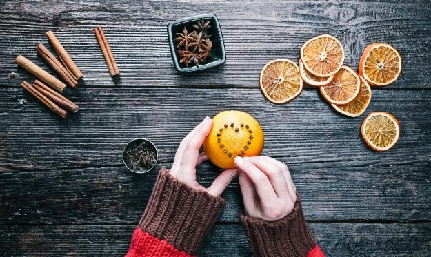 Decoração típica do Natal norte-americano: laranjas espetadas com cravos. Além de decorar, elas perfumam o ambiente!