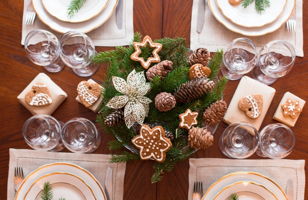 O centro de mesa com ramos de pinheiro e pinhas é ideal para compor o estilo provençal da decoração.