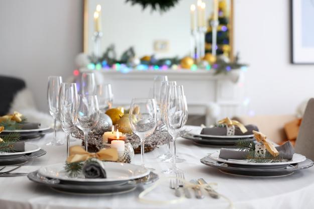 Decoração de mesa para ceia de Natal nas cores dourado e prateado.