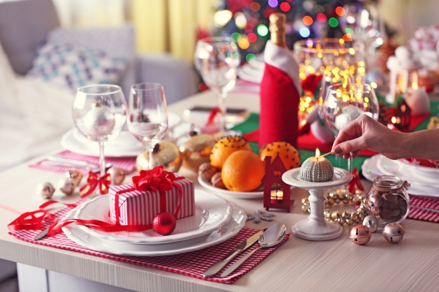 Decoração de mesa para ceia de Natal usando vermelho e branco.